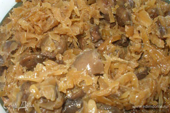 Начинку приготовить заранее,чтоб она хорошо остыла.Лук нарезать полукольцами обжарить до прозрачности,добавить натертую на крупной терке морковь,и еще обжарить минуты 3. Добавить нарезанные кубиками грибы,и дать выпариться жидкости. Затем добавляем на сковороду отжатую квашеную капусту,перешиваем,так же добавляем сахар,перец,томатную пасту и тушим под закрытой крышкой,на медленном огне 20-25 минут.