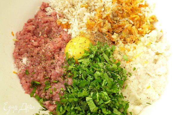 Мясо и цветную капусту пропустить через мясорубку,добавить отваренный рис,обжаренные лук и морковь,яйцо,измельченную зелень,соль и молотый перец.