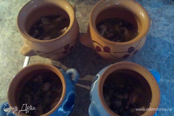 Раскладываем нашу беконо-курино-грибную смесь по горшочкам, заполнив их наполовину. У меня получается 2 больших горшочка (мужских) и 2 маленьких (женских)