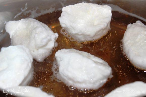 ...потом перевернуть (очень удобно это делать вилкой) и варить еще минуты 2. Они увеличиваются в размере и начинают пузыриться. При этом по краям кастрюли образуется пена, которую надо убирать. Готовые острова выложить аккуратно на тарелку, дать воде стечь и только потом сервировать их с шоколадным соусом