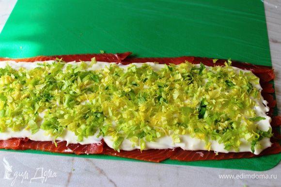 Зелень порубить и посыпать на сыр
