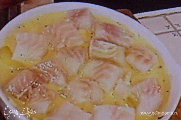 Треску порезать на порционные кусочки., присолить, поперчить и выложить на овощи. Укроп покрошить мелко.