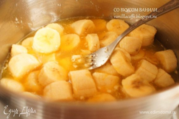 Кастрюльку поставить на средний огонь. Довести до кипения и разминая бананы, сварить кашицу (после того, как кашица закипит, поварить минут 5-7). Выключить огонь.