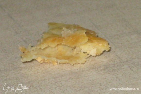 """- Слоёное тесто: Для начала готовим простое пресное тесто. Смешиваем воду, соль, кислоту. Добавляем туда муку и тщательно всё вымешиваем. Месим 1-2 минуты. Заворачиваем тесто в пищевую плёнку, и отправляем в холодильник примерно на 1 час. Масло должно полежать при комнатной температуре 2 часа и помягчеть (я предполагаю, что у вас дома не - 25C ). Затем надо превратить его в квадрат толщиной 2 см и отправить в холодильник на 30 минут. Пресное тесто раскатываем в пласт приблизительно в 2 раза больше куска масла. Края должны быть тоньше, чем середина. Выкладываем масло. Сворачиваем тесто в """"конверт"""". И раскатываем этот конверт до толщины 5-6 мм. Подгибаем края теста к центру. И сгибаем конверт пополам. Накрываем тесто пищевой плёнкой, и убираем вместе со скалкой в холодильник на 1 час. Затем достаём тесто, подпыляем доску и скалку мукой, вновь раскатываем тесто до 0,5 сантиметра. Складываем в четверо и убираем в холодильник. Через 1 час вынимаем тесто из холодильника, и повторяем все наши предыдущие действия. И проделываем эту операцию ещё 3 раза! В итоге у нас получается около 150 слоёв в 1 корже! Так, что вам стоит пойти на этот поступок и потом наслаждаться великолепным настоящим слоёным изделием. Делим тесто на 4 части и выпекаем при 200C 10-15 минут каждый корж. Мой совет слоёные изделия перед выпечкой следует очень хорошо сбрызнуть водой примерно 2-2,5 ст.л. на каждый корж. И хорошо наколоть вилкой."""