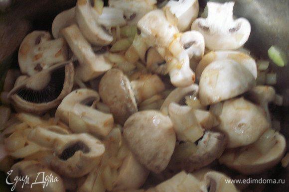 На той же сковороде, где жарили мясо, обжариваем грибы и лук. При необходимости добавляем растительное масло. Обжариваем около 5 минут, присыпаем мукой и карри, спассеруем. Добавляем кокосовое молоко и 250 мл воды, доводим до кипения и варим 5 минут.