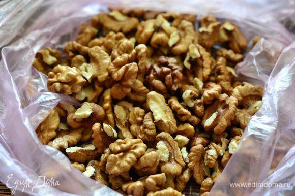 Тем временем можно перемолоть грецкие орехи в блендере.