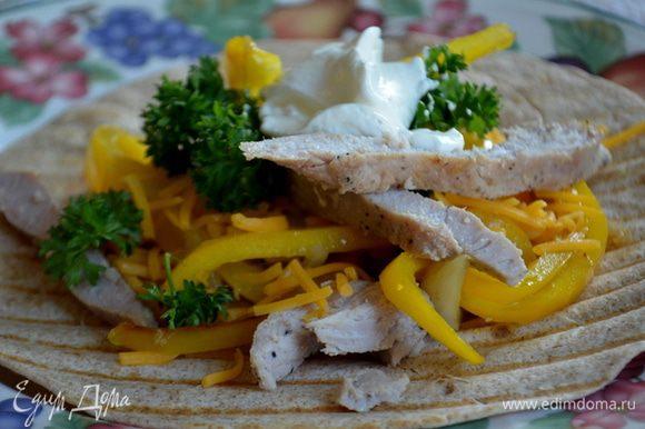 Подаем на лепешках свинину,овощи сладкий перец и лук,зелень,сыр тертый и сметану по желанию. Приятного аппетита.