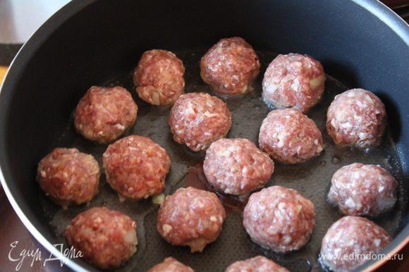 В сотейнике разогрейте оливковое масло и обжарьте шарики по 3-4 минуты с каждой стороны.