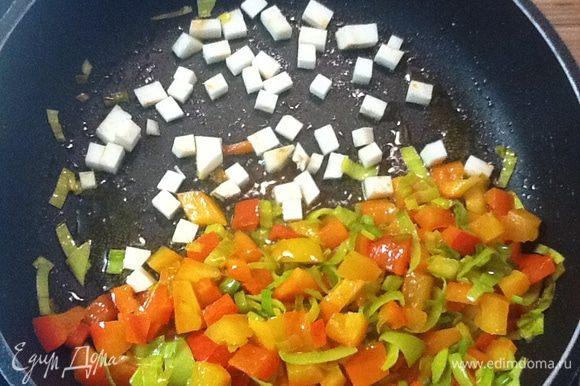 Положить на сковороду, прогреть 1 минуту. В готовом блюде сельдерей должен слегка похрустывать.