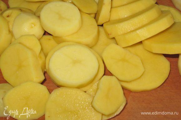 Картофель почистить, нарезать на кружочки толщиной не менее 0,5 см. Если у нас молодой картофель то его моем и разрезаем на 4 части.