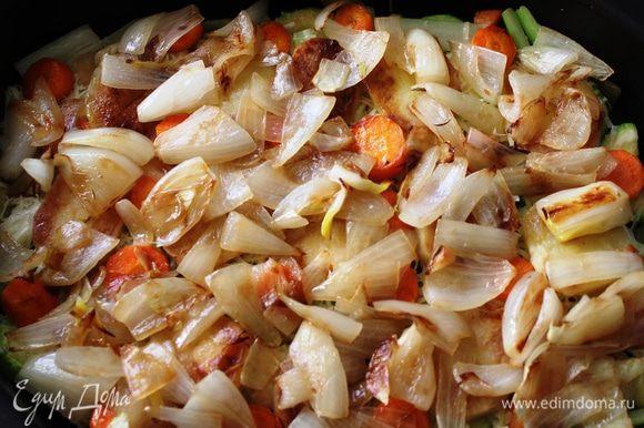 Следующий слой - обжаренный лук. При обжарке лука на сковороду добавить смесь двух масел, соль, сахар. Нарезать лук следует крупно перьями