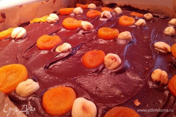 тем временем готовим глазурь. все ингредиенты в кастрюле растопить и немного уварить. достать торт и полить глазурью. украсить фундуком и курагой по желанию. отправить в холодильник.
