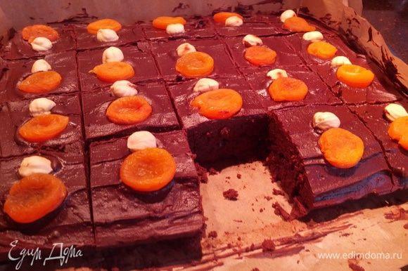 разрезать на квадратики и наслаждаться шоколадным тортом! вкусно его есть под мятный чай :)