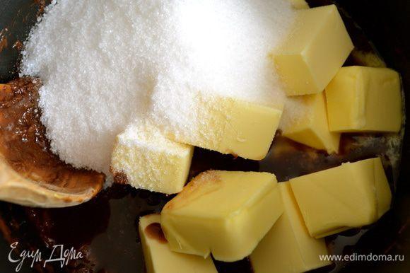 Добавить к шоколаду масло кубиками и сахар, и продолжая помешивать, растопить все полностью на медленном огне.