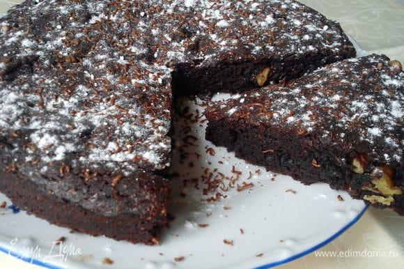 Слегка теплый пирог я посыпала сахарной пудрой и тертым шоколадом. Шоколад слегка подтаял и получилось вкусно и красиво.