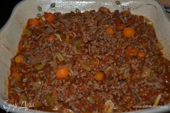 Выложим половину пасты в приготовленные формы или в одну большую. Затем мясной соус. Затем пасту и остатки бешамель соуса.