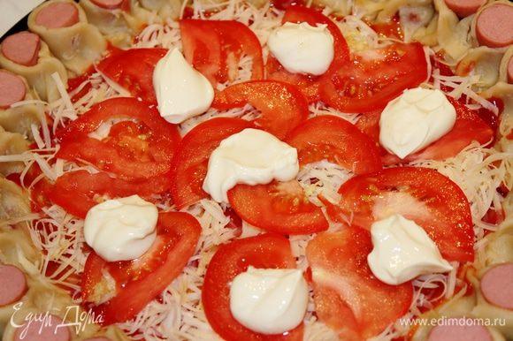 Помидор нарезать на тонкие пластинки и разложить их на поверхности пиццы. Поверх него выложить мягкий сливочный сыр небольшими порциями
