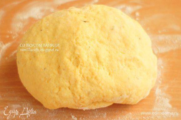 Замесить тесто, чтобы не прилипало к рукам (при необходимости добавив муку.) Скатать в шар. Если вы сделали на сливочном масле - уберите под пленкой в холодильник. Если на сметане, этого не понадобится. Положите в мешочек и оставьте на столе.