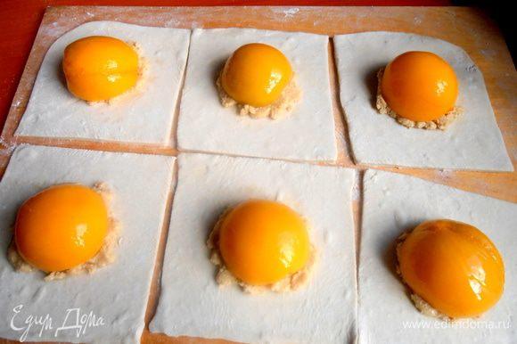 Сначала я положила каждую половинку персика на начинку-пасту! И стала думать, как мне дальше поинтересней оформить слоечку...