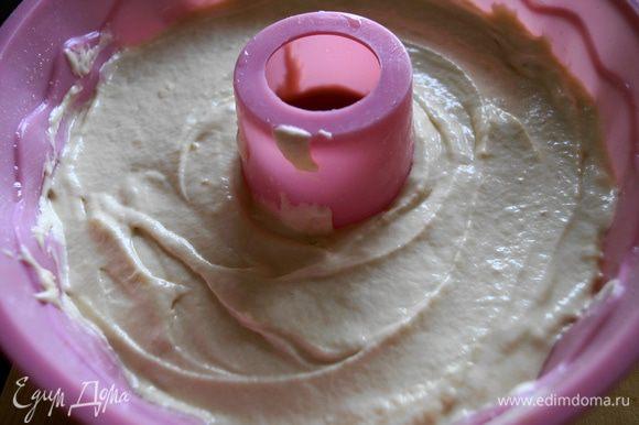 Сверху выложить тесто на 3/4 высоты формы и поставить выпекать в разогретую до 180 градусов духовку на 1 час