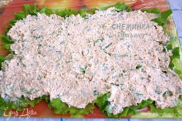 Сверху распределяем начинку. Она хорошо «клеится» к салату, когда намазываешь начинку ложкой.