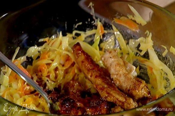 К капусте с морковью добавить горчицу и куриное мясо, все перемешать.