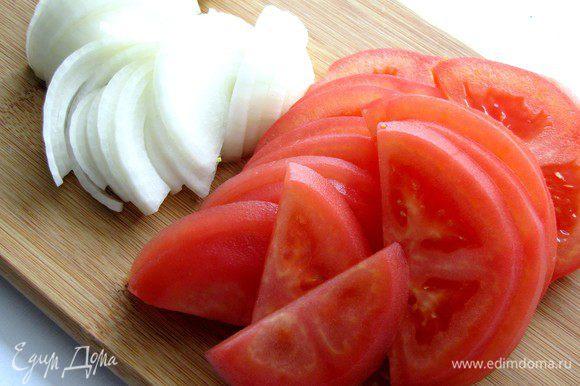 Лук и помидоры нарежьте полукольцами.