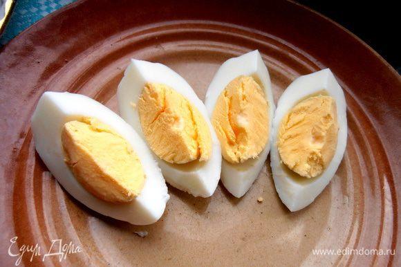 Для остальных нарезаем варёное яйцо на четвертинки...