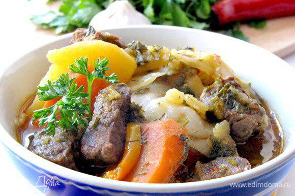 Можете подать это блюдо в большом общем блюде или порционно в касах, вместе с образовавшимся соусом. Сверху присыпьте свежей нарезанной зеленью. Приятного аппетита!