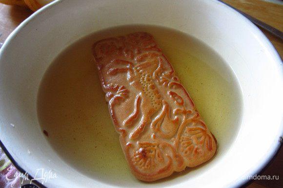 В миску налить яблочный сок, очень быстро обмакивать в него каждое печенье, не допуская размокания.