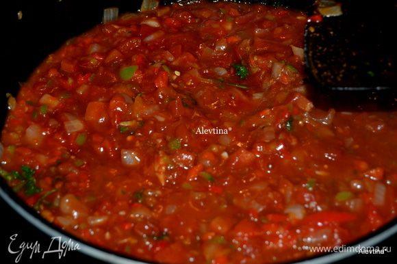 Добавить красный перец, готовить до мягкости. Затем свежие помидоры, петрушку, кетчуп, вустерский соус, соль и перец по вкусу . Тушить примерно 5 мин. Перемешивать. Снять с огня. Томатный релиш готов. Выход примерно 4 стакана.