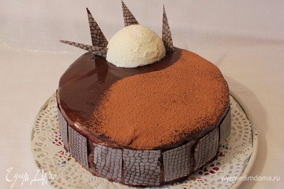 Утром вынула торт из холодильника,сняла рамку,выровняла торт горячим ножом. Залила зеркальной глазурью, присыпать какао порошком. +шоколадные украшения.