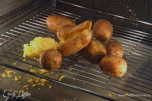 Картошку запечь в духовке, так она не набирает лишней влаги и имеет интенсивный вкус. Остудить, очистить и нарезать на тонкие произвольные пластинки.
