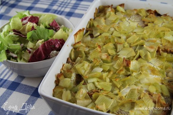 Подаем горячим или теплым. Например, с листовым салатом. Еще в рецепте предлагают его подавать с запеченной фасолью, которую англичане очень любят. Приятного аппетита))