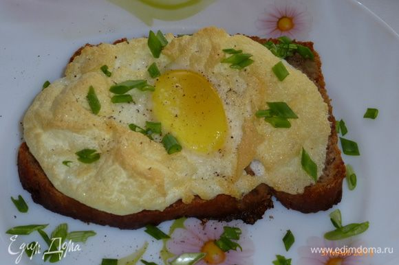 Готовые бутерброды посыпаем зеленью. А можно и сыром за 5 минут до того, как яйца вынуть из духовки. Отличный завтрак, угощайтесь! Приятного аппетита!