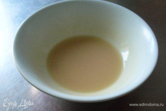 Разводим дрожжи в тёплой воде. Добавляем сахарную пудру, чтобы дрожжи начали работать.