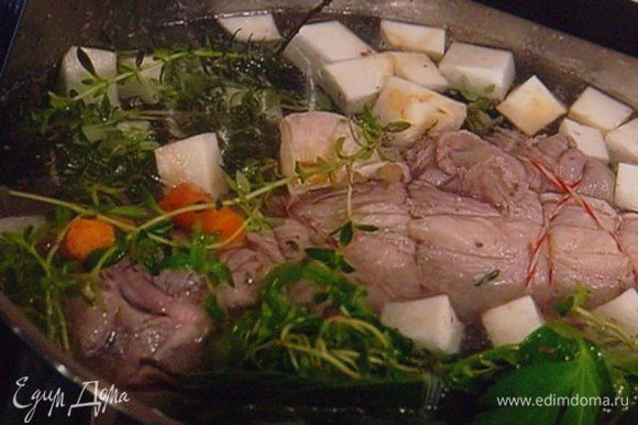 Покрошить морковь и сельдерей кубиком, луковицу оставить целиком (её потом можно удалить, но если вы захотите на этом отваре сварить первое, то лук можете тоже мелко накрошить). Овощи и травки добавить к мясу, так же добавить 4 зубчика чеснока, прямо в кожуре, разрезав их на половинки.