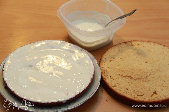 Дать пирогу остыть. Корж разрезать на 2-3 пласта, смазать кремом.