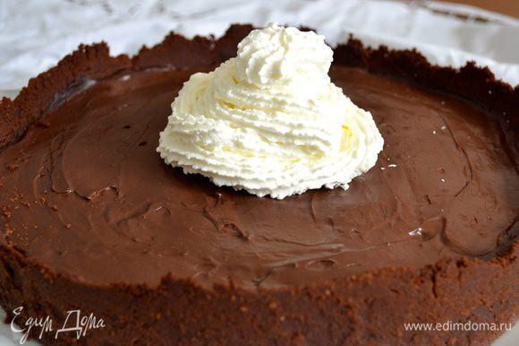 Перед подачей взбить сливки, и украсить ими торт по Вашему желанию...