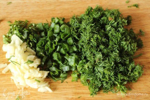 Зелень и чеснок порубить.
