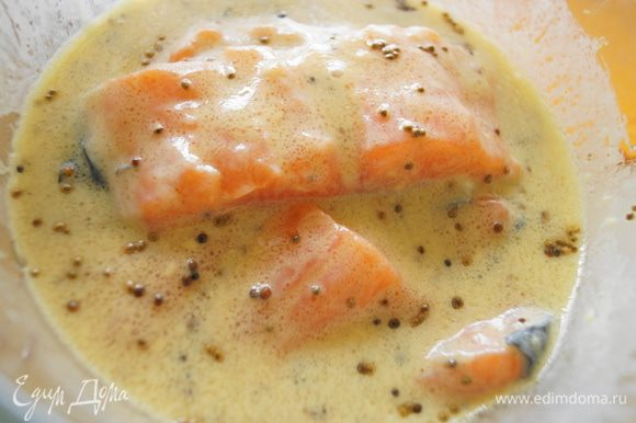 Лосось опустить в получившийся соус (маринад) и убрать на 20 минут в холодильник