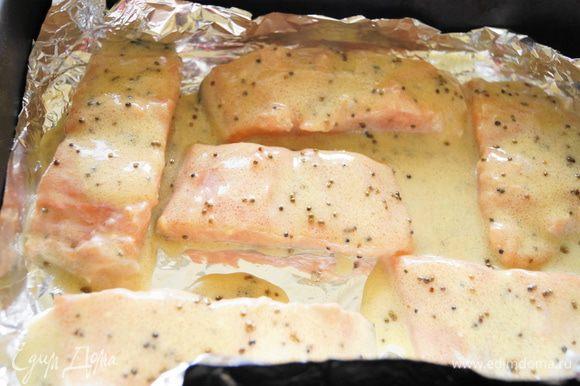 После этого, выложить кусочки лосося на противень застеленный фольгой, полить соусом и сверху тоже закрыть фольгой. Поставить в разогретую до 180 градусов духовку, запекаться, на 20-25 минут.