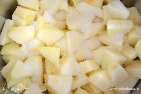 положить яблоки в сотейник, засыпать 1 ст ложкой сахара и потушить на среднем огне примерно 10 минут