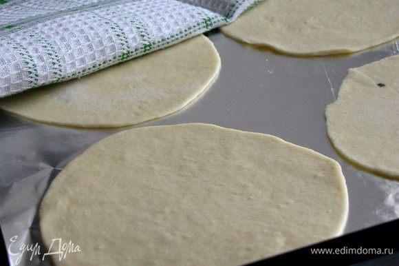 Выложить лепешки на противень, застеленный пекарской бумагой или фольгой.