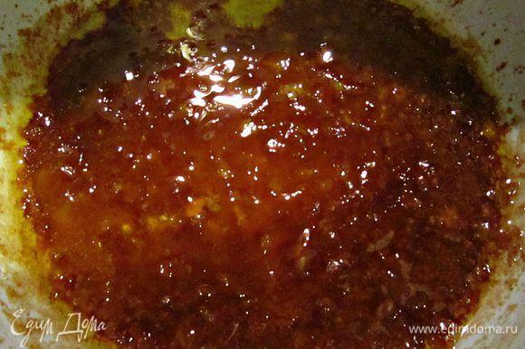Подготовить соус: нагреть оливковое масло и растворить в нём крахмал. Добавить мёд, горчицу, соевый соус и вымешивать всё до однородного состояния. Залить пирог соусом. Выпекать пирог 35-45 мин. при 180г.