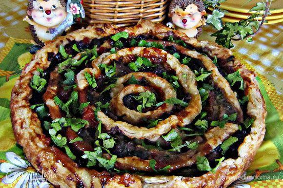 Готовый пирог посыпать порезанной зеленью и подавать к столу!