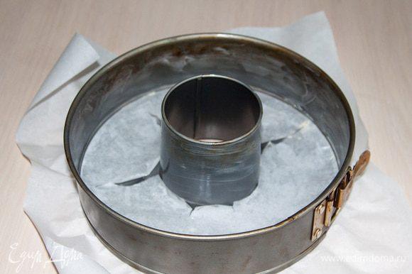 Форму выстелить пекарской бумагой (не обязательно) и смазать сливочным маслом.