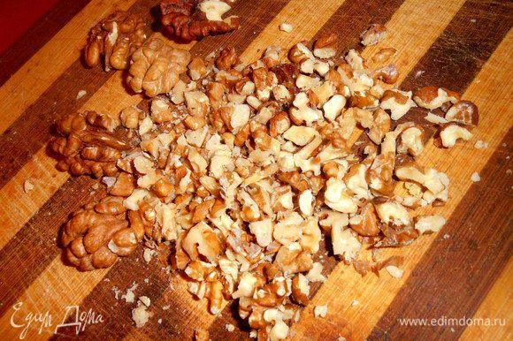 Грецкие (не принципиально,можно и др.) орехи мелко раскрошить...