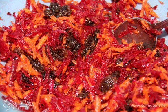 Заливаем этим соусом салат и хорошо перемешиваем, чтобы и свекла, и морковь были покрыты заправкой. Затем оставляем при комнатной температуре где-то на 1 час, чтобы салат хорошо пропитался.
