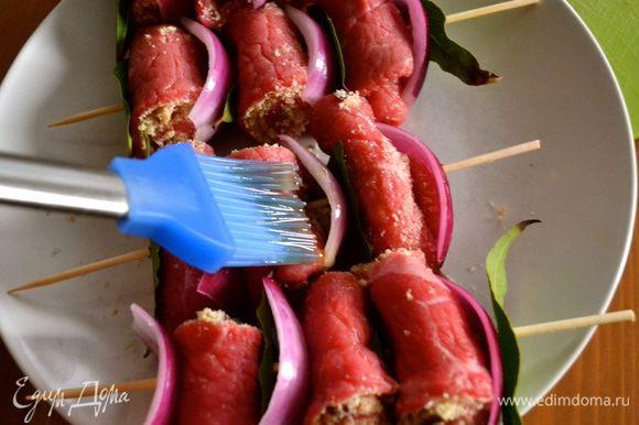 Поставить разогреваться сковороду-гриль. Подготовленные шпажки смазать оливковым маслом.